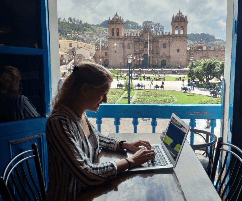 Sonja werkt voor conversies.nl met uitzicht op de kathedraal van Cusco.